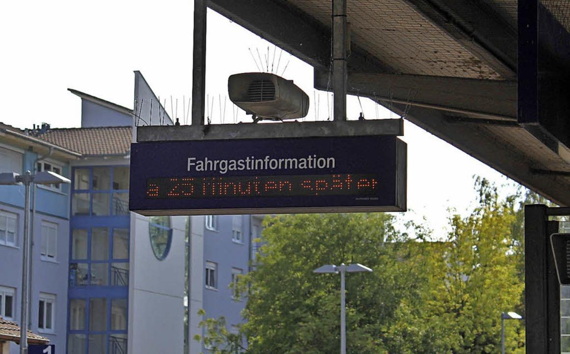 Diesmal waren  es 25 Minuten Verspätun...ches Bild auf dem Rheinfelder Bahnhof.    Foto: Rolf Reißmann