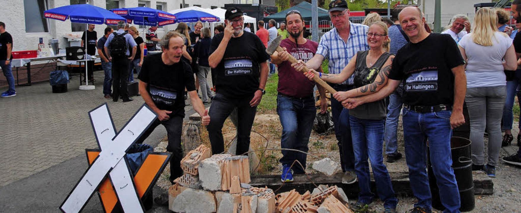 Unter Tränen werden die alten Stellwer...ken und  Reinhard Greßlin (von links).  | Foto: SEDLAK