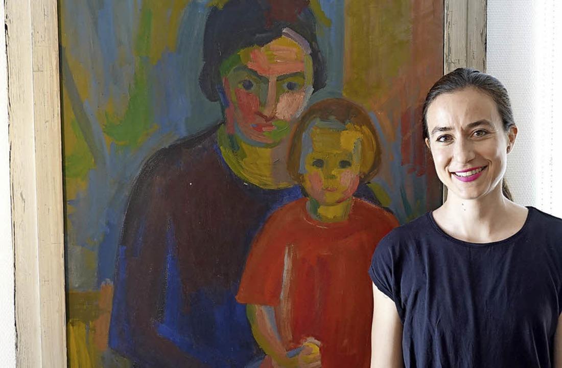 Noëmi Leemann vor einem Bild, das ihre... es im Auftrag von Noëmis Opa gemalt.   | Foto: Valentin Zumsteg