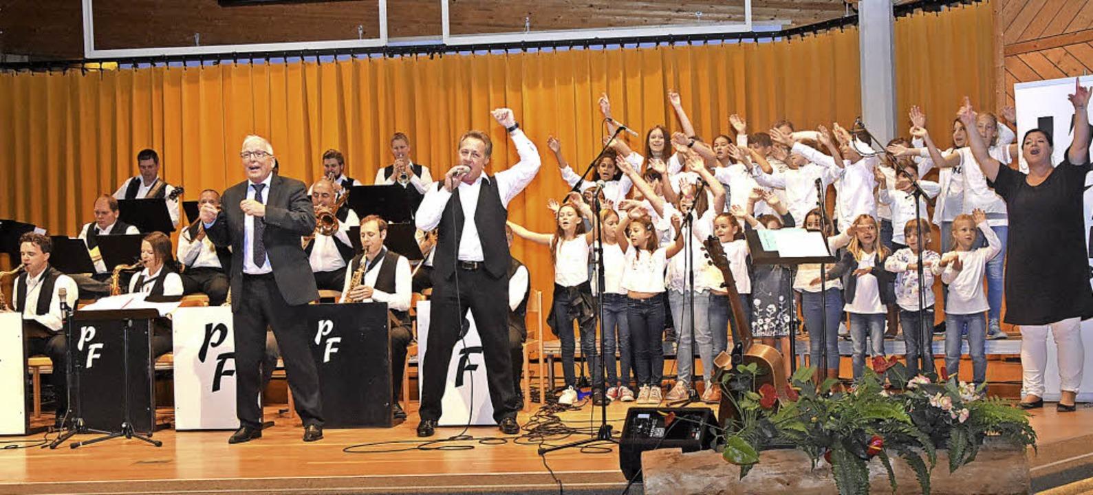 Mit einem Medley von Schlagern von Udo...der Kinder- und Jugendchor Funkybees.   | Foto: Stefan Pichler
