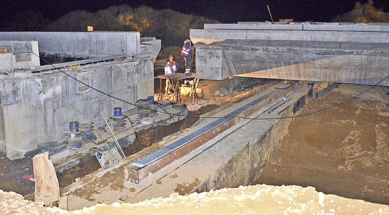 Die Brücke beim Einschub am südlichen ... der Übergangskonstruktion schweißten.  | Foto: Nikolaus Bayer
