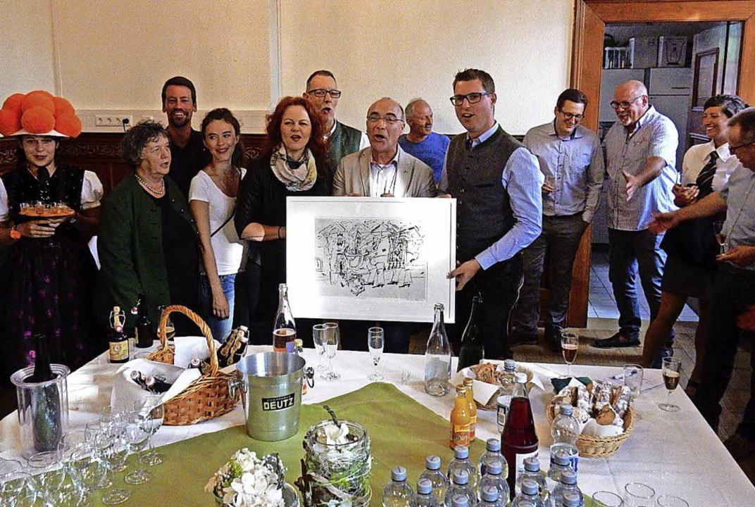 Übergabe des Gastgeschenks:  Christian... heimatlichen Tiroler Klängen(rechts).  | Foto: Kurt Meier