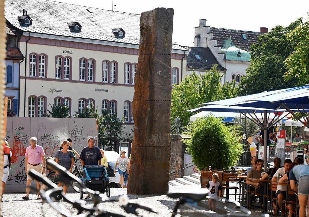 Ein kraftvolles Zeichen: Ulrich Rückri...isk auf dem Freiburger Augustinerplatz    Foto: Rita Eggstein