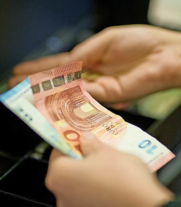 Im Notfall bekommen Arbeitslose in neu...en heute schon Bargeld im Supermarkt.   | Foto: dpa