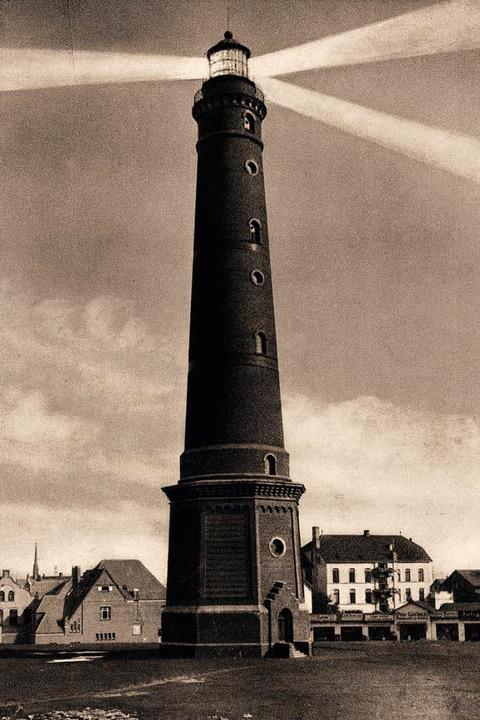 Leuchtfeuer über einer Nordseeinsel: D...ße Leuchtturm Borkum steht noch immer.  | Foto: akg-images / arkivi