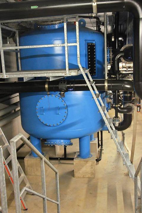 Im blauen Kanister wird Wasser gefiltert.    Foto: Sebastian Krüger