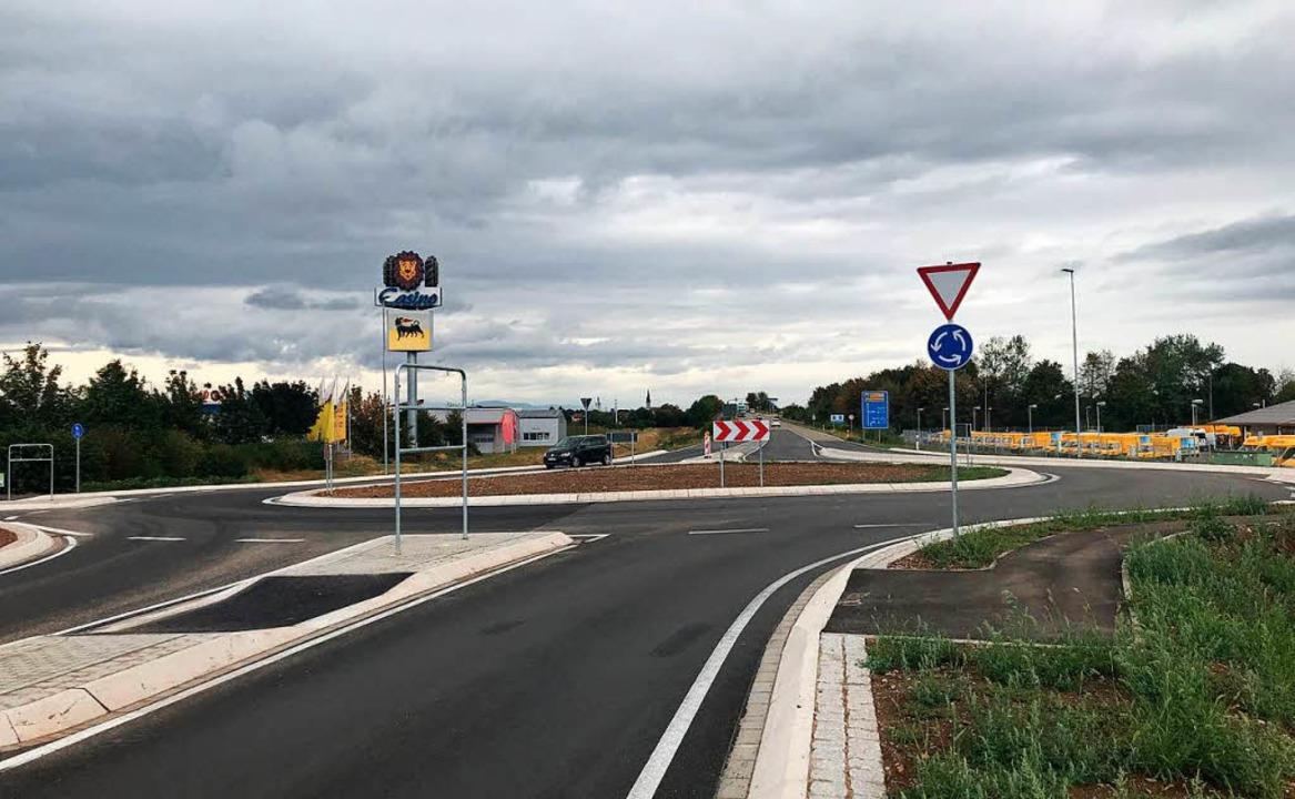 Der Kreisverkehr war bereits am Freitag befahrbar.  | Foto: Olaf Michel