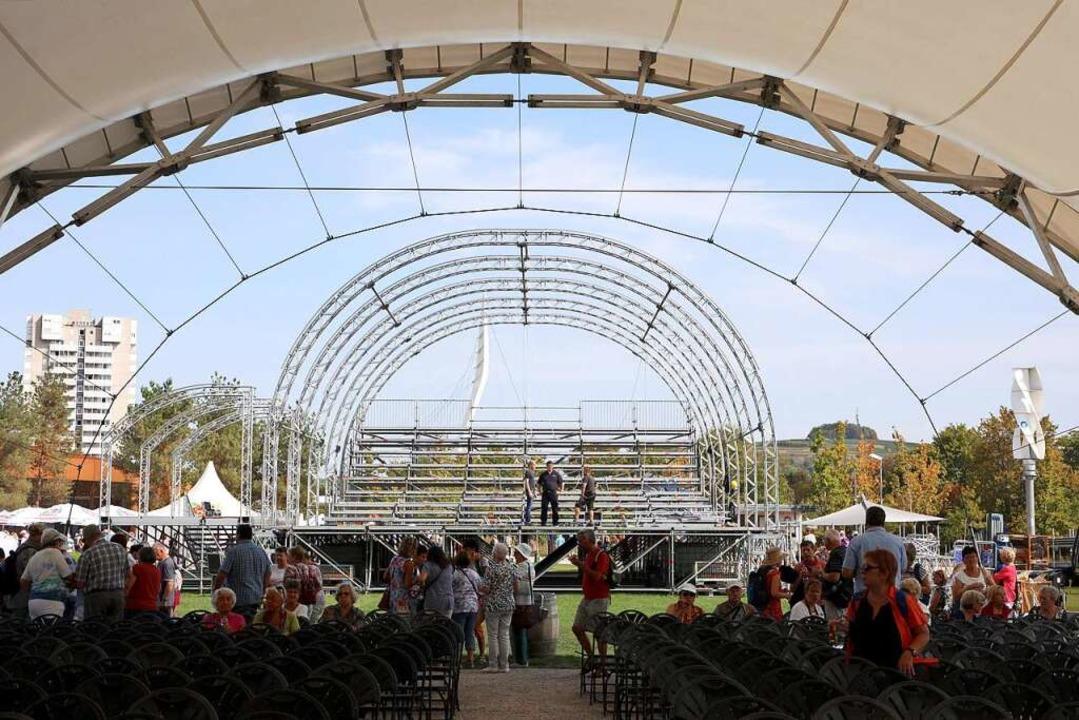 Die neue Bühne wird gegenüber der E-Werkbühne aufgebaut.  | Foto: Christoph Breithaupt