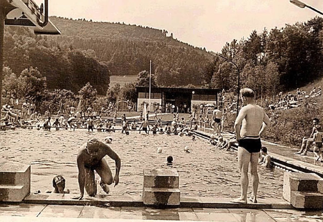 Eine Aufnahme aus den Anfangsjahren de...-Meter-Sprungbrett ausgestattet war.    | Foto: Privat/Schwimmfreunde Stühlingen