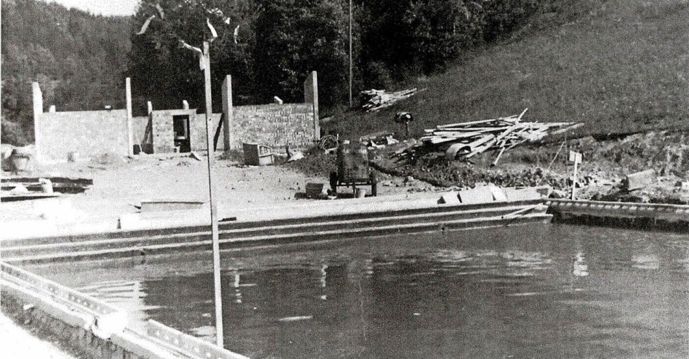 Foto  vom Bau des Stühlinger Schwimmba...ebereich stehen erst die Außenmauern.   | Foto: Privat/Högele