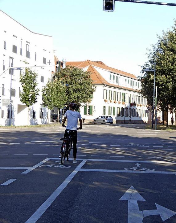 Richtiges und falsches Verhalten im St...r hinter dem Radfahrer (Foto rechts).   | Foto: Stadt Lahr