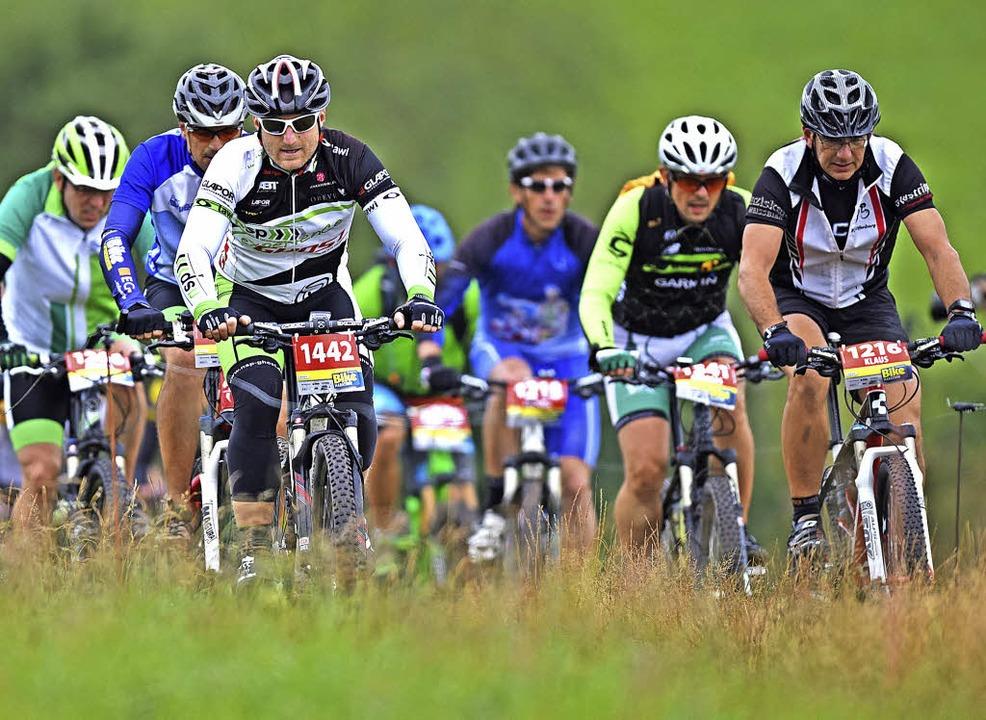 Gemeinsam an der Schmerzgrenze: Fahrerpulk beim Schwarzwald-Bike-Marathon   | Foto: Patrick Seeger
