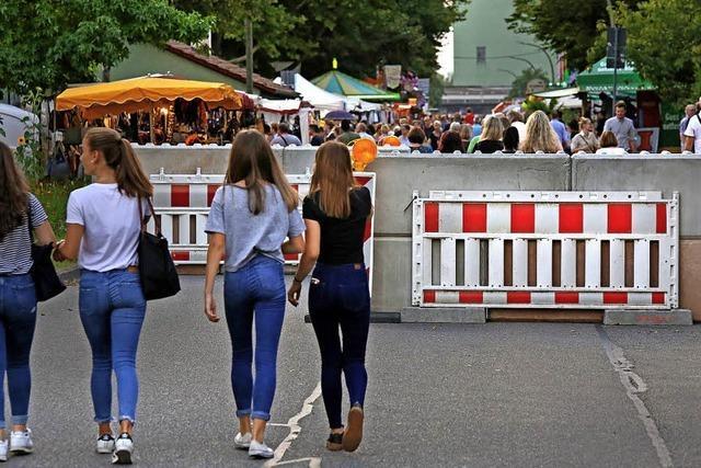 Betonsperren sichern Zufahrtsstraßen zum Breisacher Weinfest ab