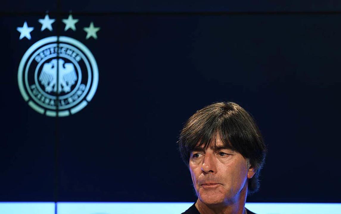 Nationaltrainer Joachim Löw versucht, die Blamage zu erklären  | Foto: AFP