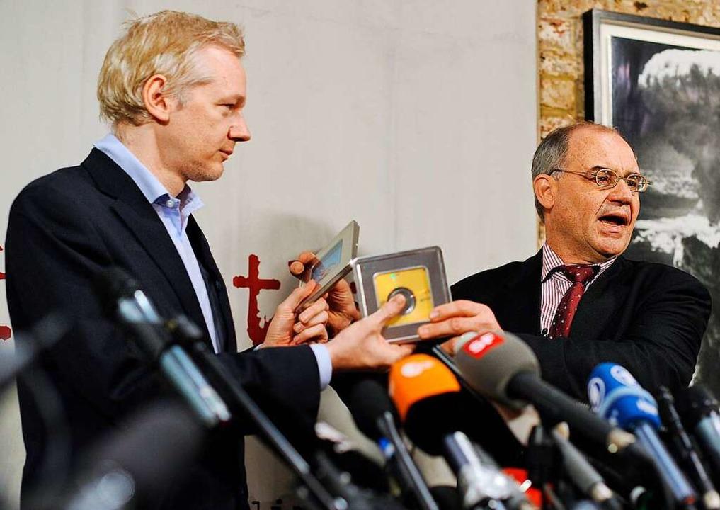 Rudolf Elmer (rechts)  mit Julian Assange.  | Foto: AFP