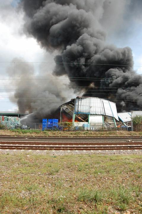 So stellt sich das Feuer von der Westseite der Bahn dar  | Foto: Herbert Frey