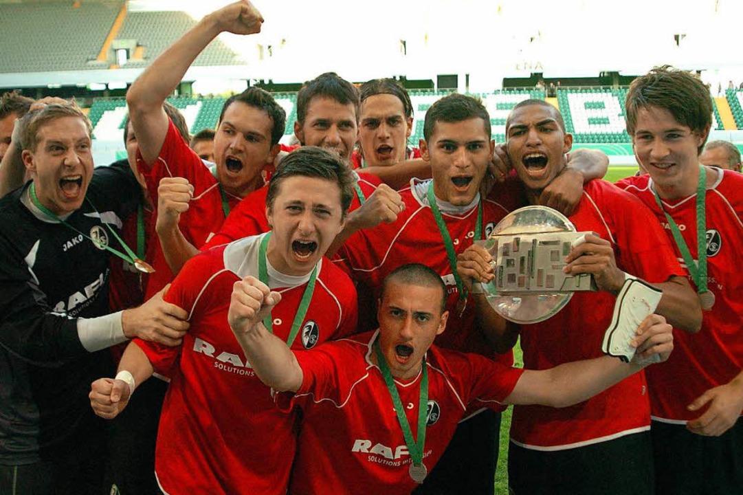 Oliver Baumann (links) und die  U19 feiern vor zehn Jahren den DM-Titel.    Foto: Michael Heuberger