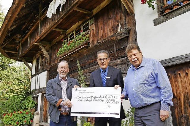 Sparkasse spendet 2500 Euro fürs neue Dach
