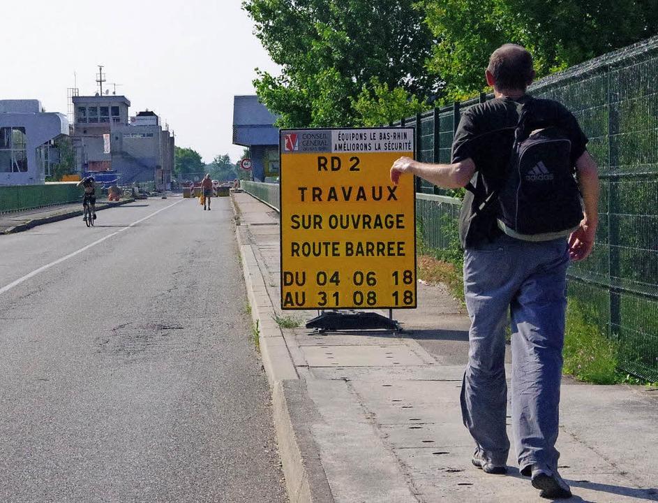 Nur noch zu Fuß oder mit dem Fahrrad war der Rheinübergang passierbar.   | Foto: Karen Christeleit