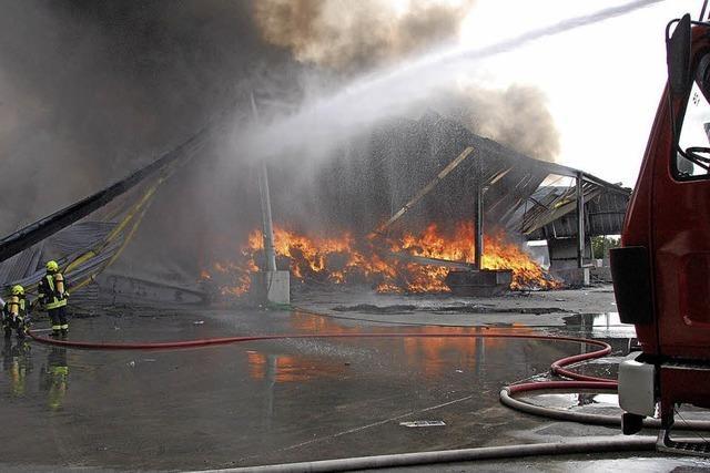 Recyclinghalle in Flammen