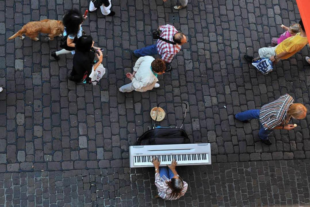 Laut der Stadt verwenden die Straßenmu...rstärker verwendet, was  verboten ist.  | Foto: Rita Eggstein