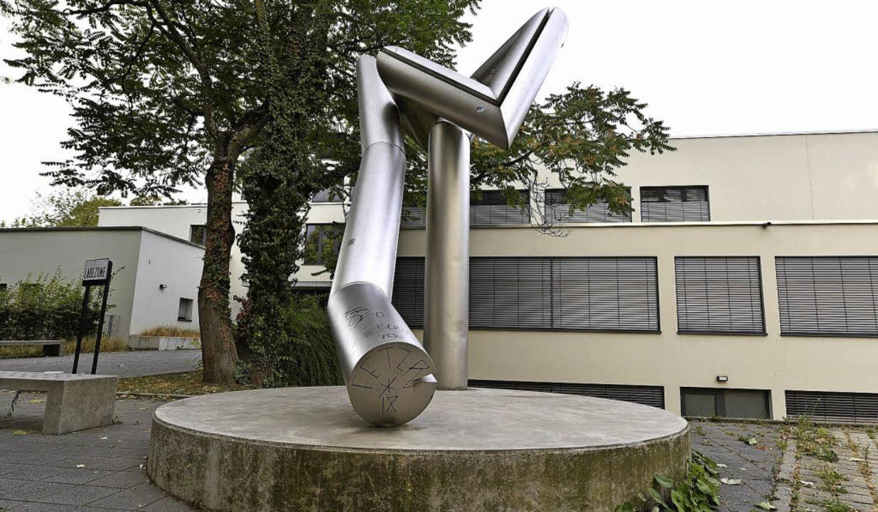 Eingeklemmt: Erich Hausers Skulptur vor dem Rotteck-Gymnasium   | Foto: thomas kunz