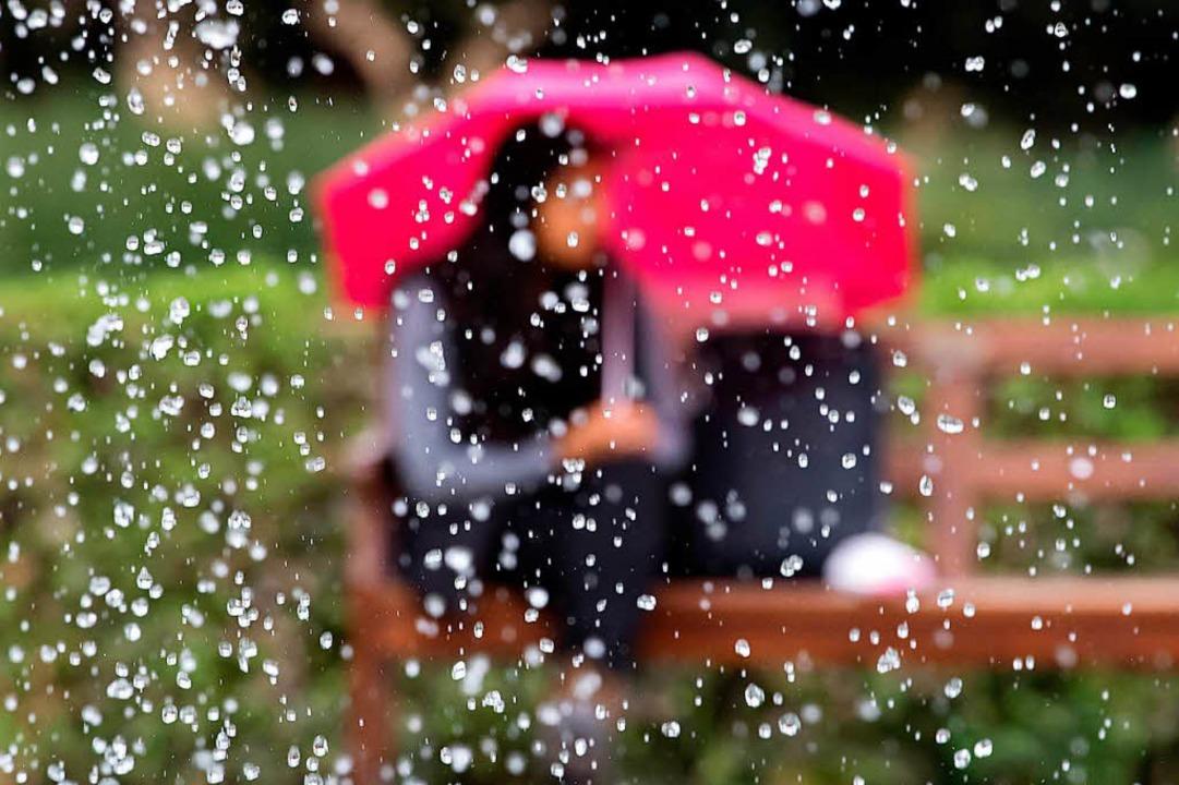 Am Wochenende soll es im Südwesten so ...chütten, sagt der Wetterdienst voraus.  | Foto: dpa