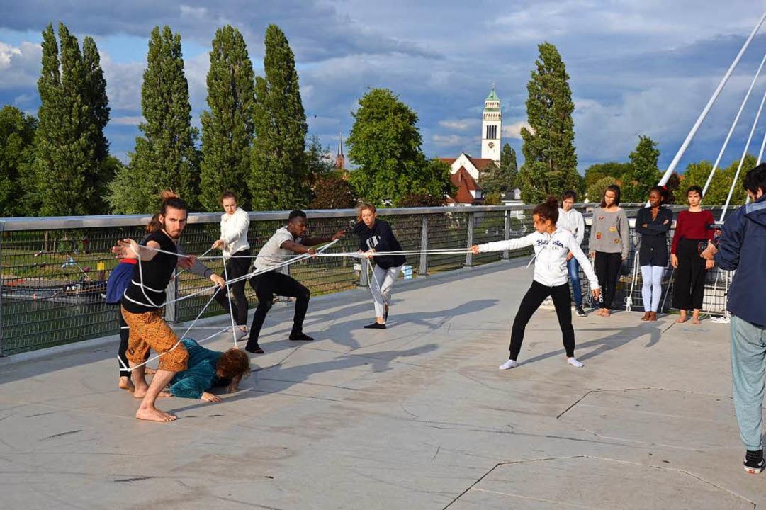 Szenen auf der Brücke über den Rhein: ...Geflüchtete loslassen müssen (links).   | Foto: Kunstschule