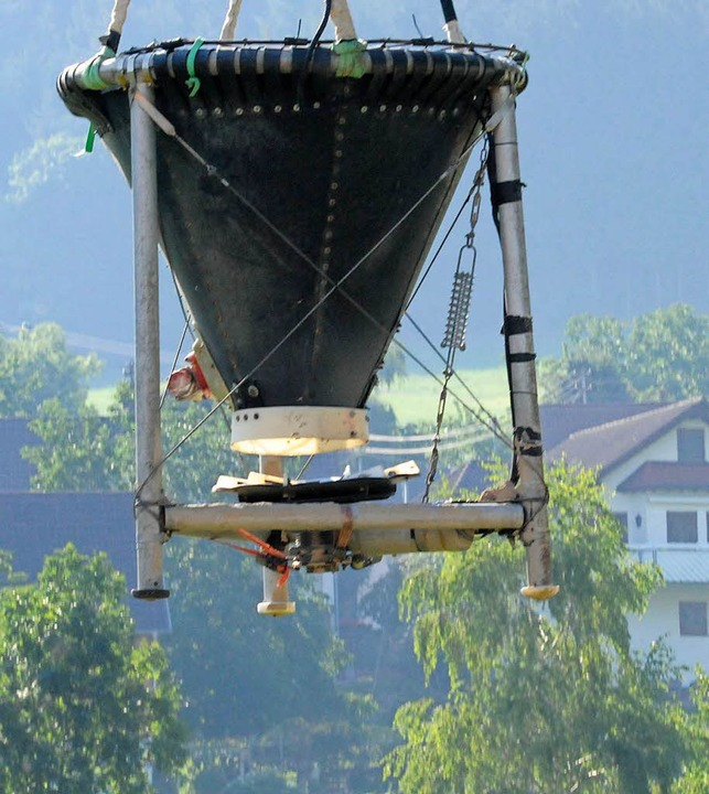 Pro Flug können aus dem Behälter etwa ... 800 Kilo Kalkstaub verstreut werden.   | Foto: Markus Zimmermann