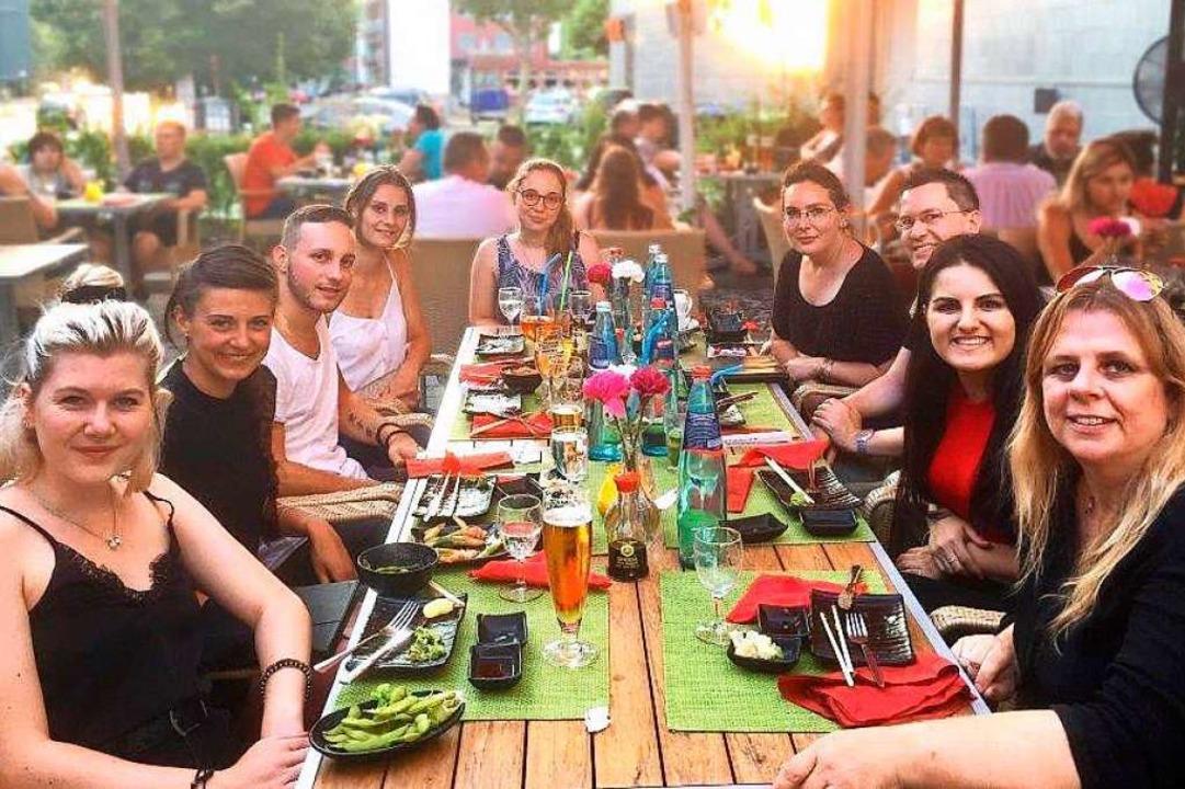 v.l. Rebecca, Lisa, Fabio, Eileen, Lin...nd erleichtert beim gemeinsamen Essen.  | Foto: Privat