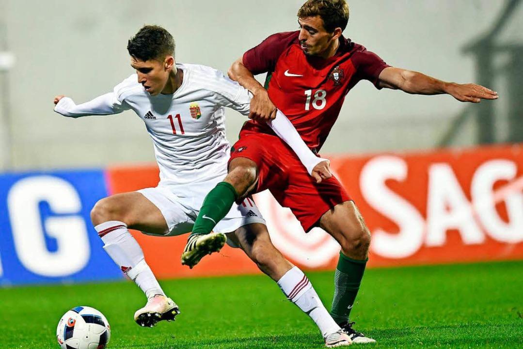 Sallai (links) im Duell gegen Portugals Geraldes    Foto: Tibor Illyes