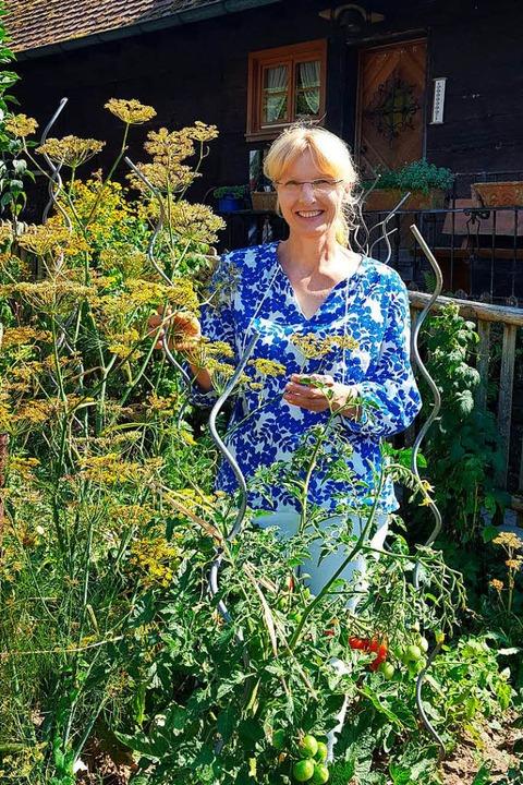 Lisa Himmelsbach in ihren großen Bauerngarten    Foto: Beate Zehnle-Lehmann