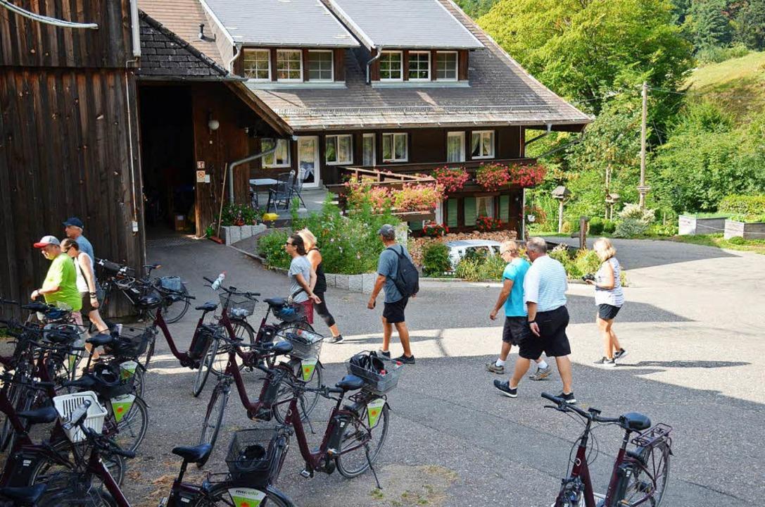 Die Räder sind abgestellt, jetzt geht ...rikanern zur Schwarzwälder Hof-Idylle.  | Foto: Gabriele Hennicke
