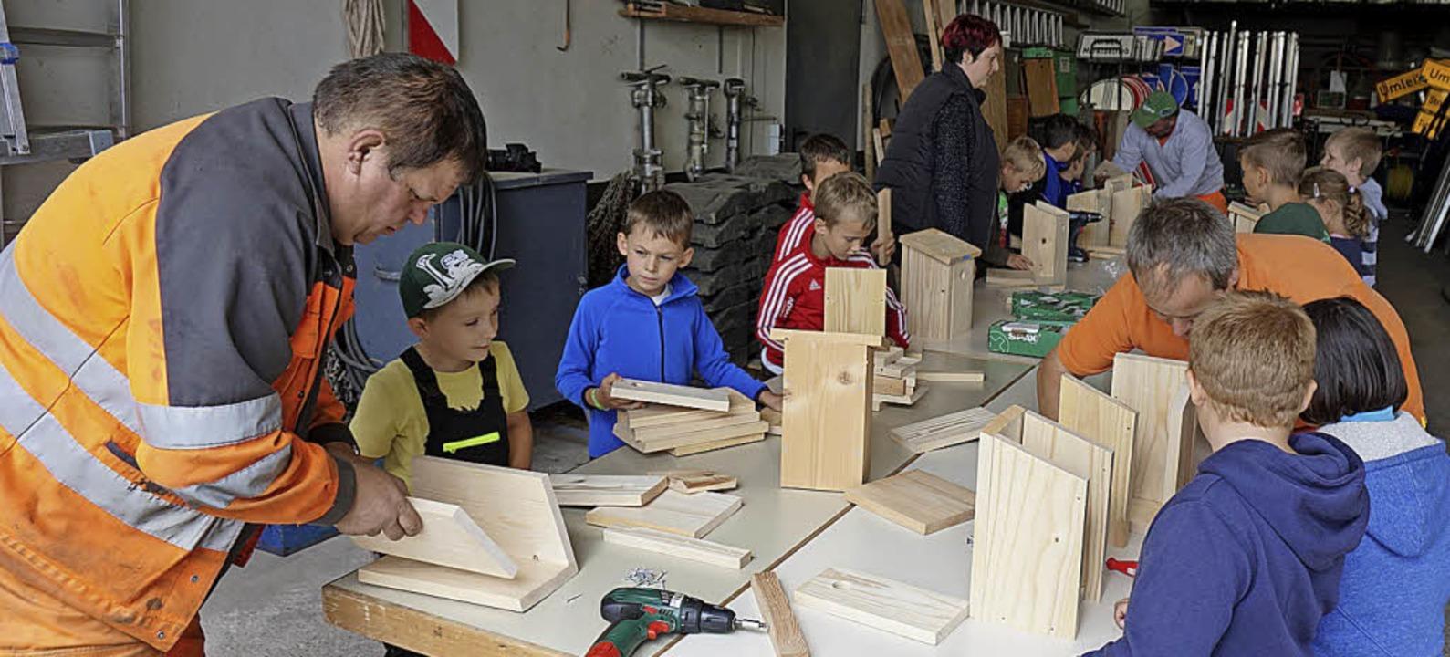 Kinder durften den Görwihler Bauhof be...hofmitarbeiter einen Nistkasten bauen.  | Foto: Hans-Jürgen Sackmann