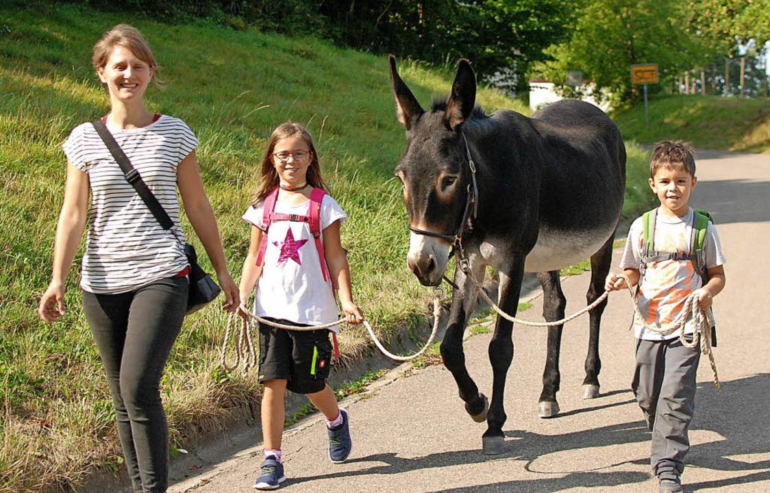 Felicitas Frädrich (links) mit Julia und Philip Oesterle und Eseldame Mia   | Foto: Louis Gross