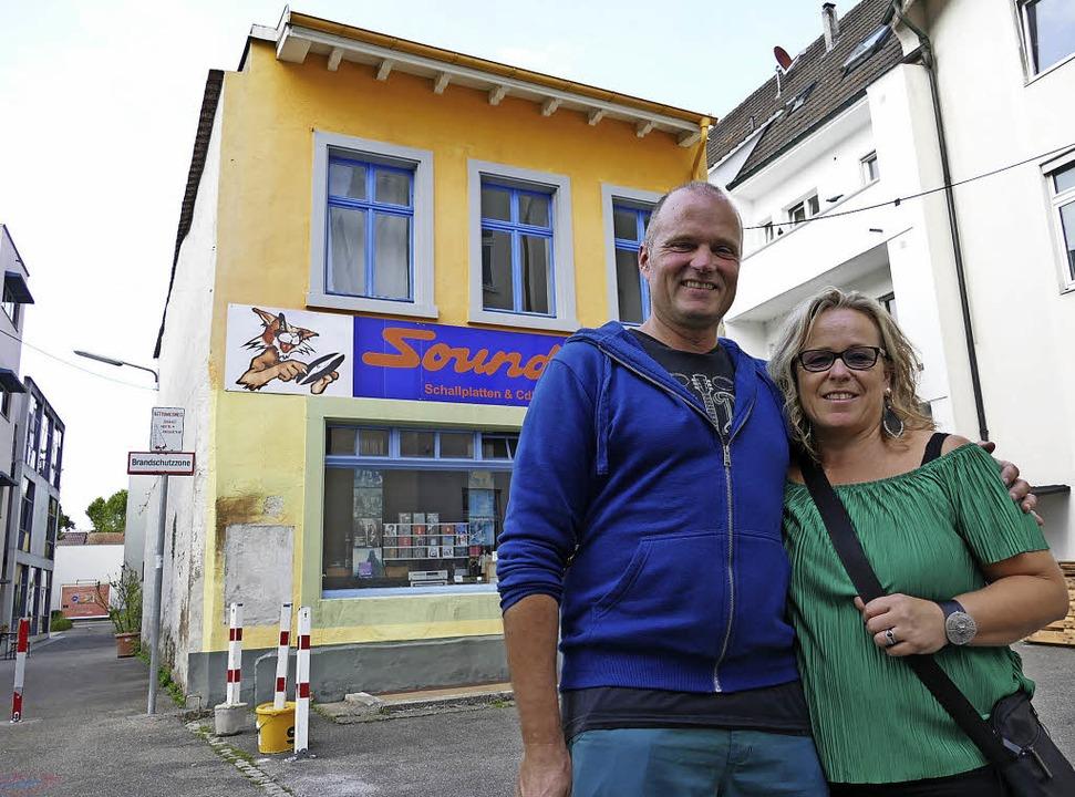 Robert und Angelika Horvath vor dem ge...e für Verein Kreuzweg sanieren werden.  | Foto: Peter gerigk