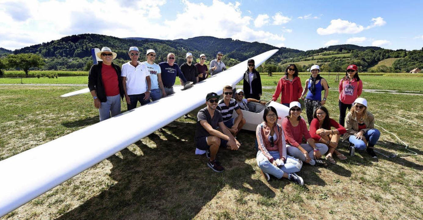 14 Studentinnen und Studenten mit den ...  auf dem Kirchzartener Segelflugplatz    Foto: Rita Eggstein