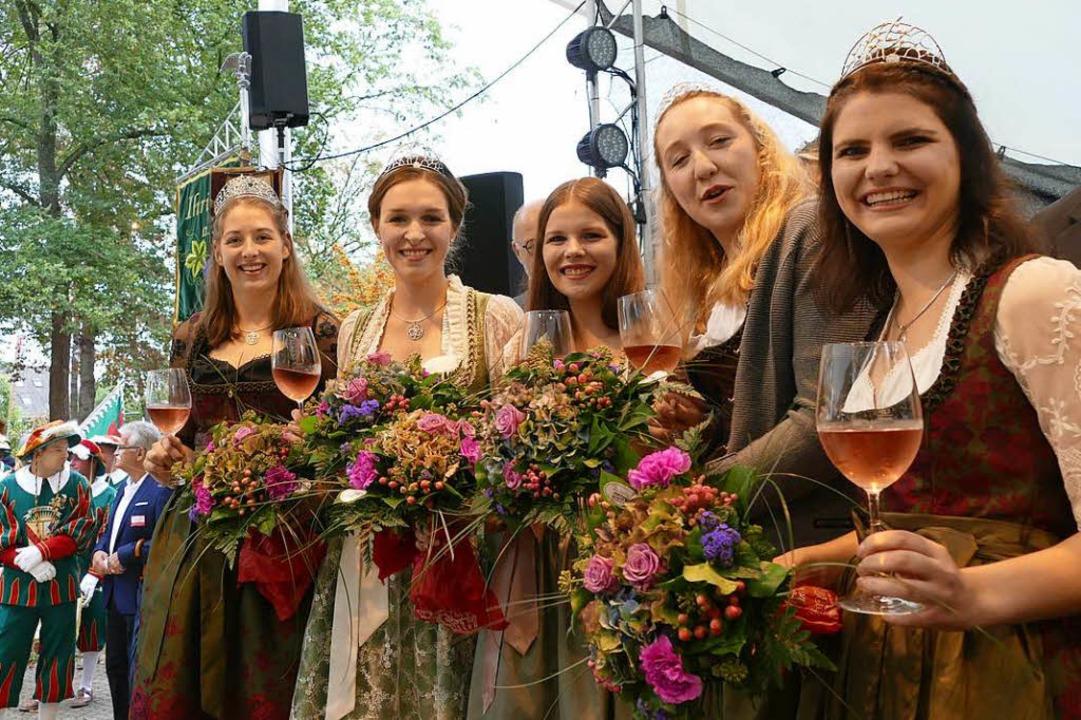 Fünf Weinhoheiten auf einen Streich (v...Hannah Herrmann und Stephanie Megerle.  | Foto: Gerold Zink