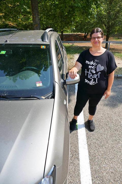 Hat ihr Auto wieder: Rita Bonetti auf ...Parkplatz am Teichmattweg in Tumringen  | Foto: Peter Gerigk