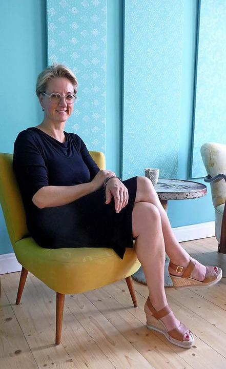 Andrea Schultz in ihrem namensgebenden...iner mit  Kreidefarben bemalten Wand.   | Foto:  tak