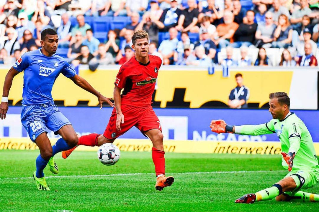 Scheitert an TSG-Keeper Oliver Baumann: Florian Niederlechner (m.).  | Foto: Joachim Keller