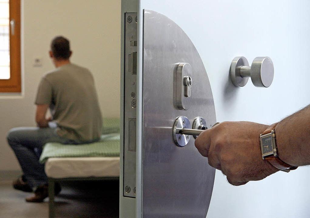 Experten sehen in langen Haftstrafen keinen guten Weg zur Resozialisierung.   | Foto:  DPA