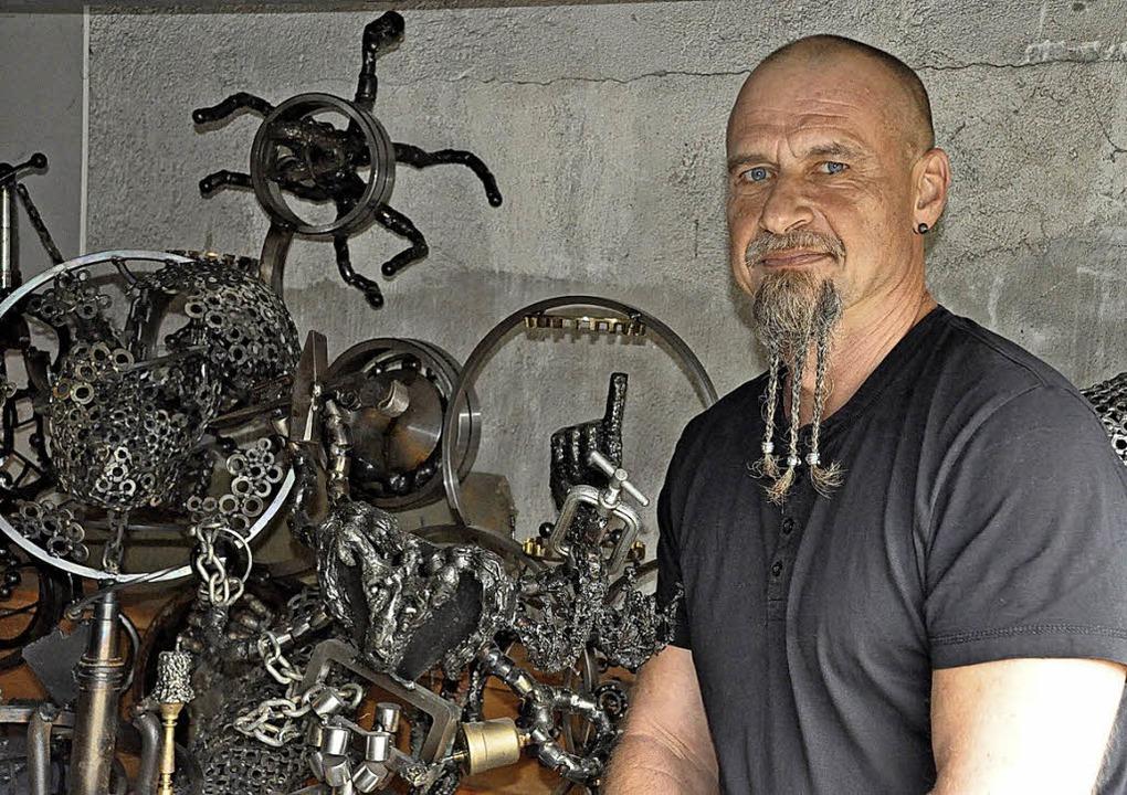 Veikko Peter schweißt aus Industrieschrott Skulpturen zusammen.  | Foto: Ralf Strittmatter