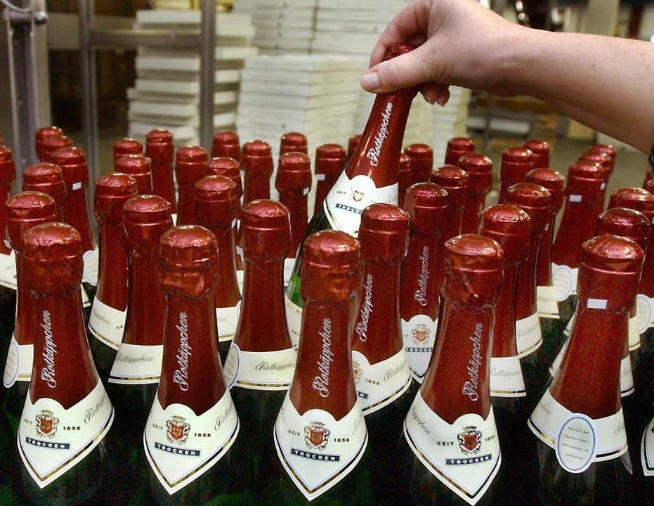Rotäppchen-Sektflaschen der Sektkellerei Freyburg.  | Foto: Z1005 Waltraud Grubitzsch