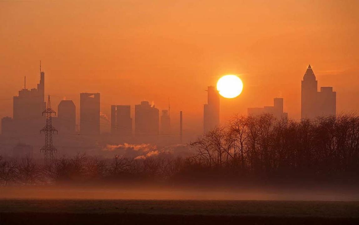 Sonnenaufgang hinter der Skyline von Frankfurt.    Foto: dpa