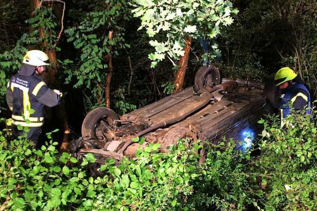 Auf dem Dach liegend musste eine Fahrerin schwer verletzt geborgen werden.    Foto: Feuerwehr Neuenburg