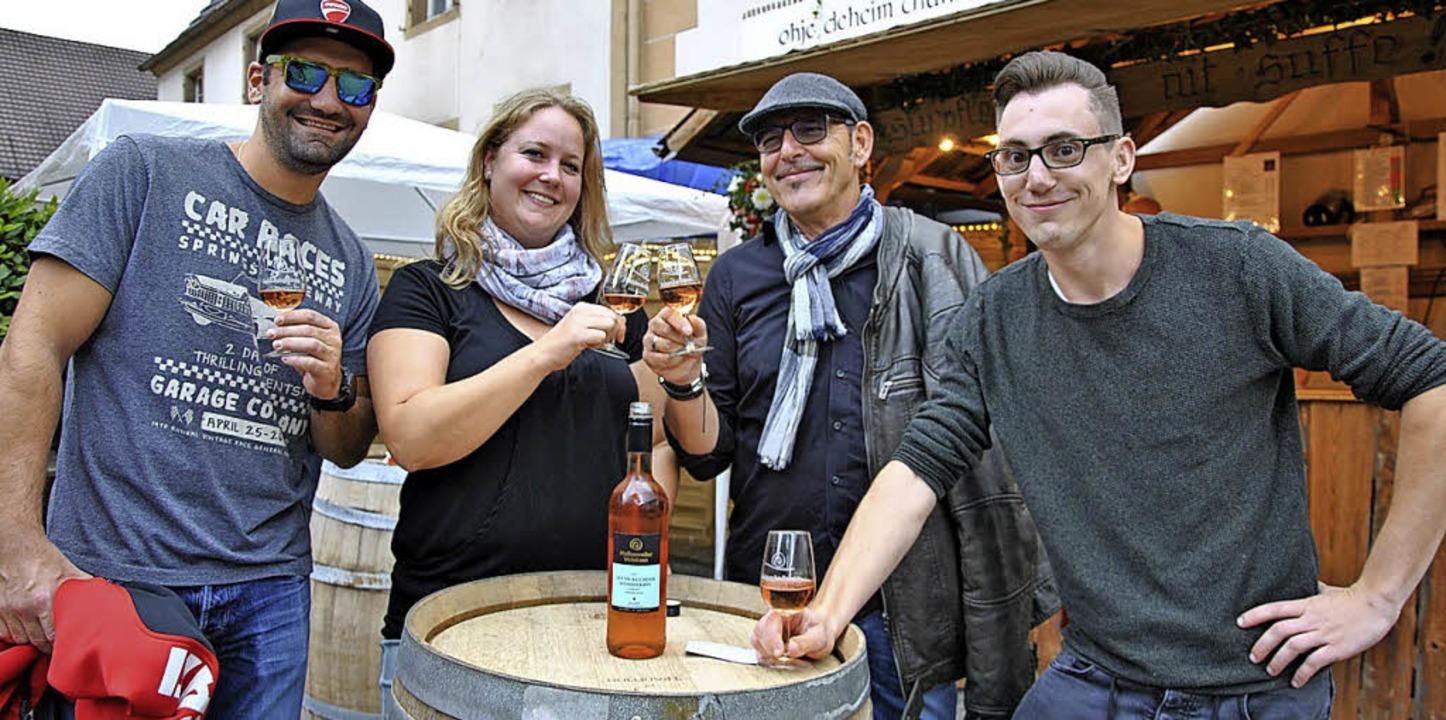 Festfreuden bei einem Gläschen Rosé: Zum Wohl!    Foto: Ralph Fautz