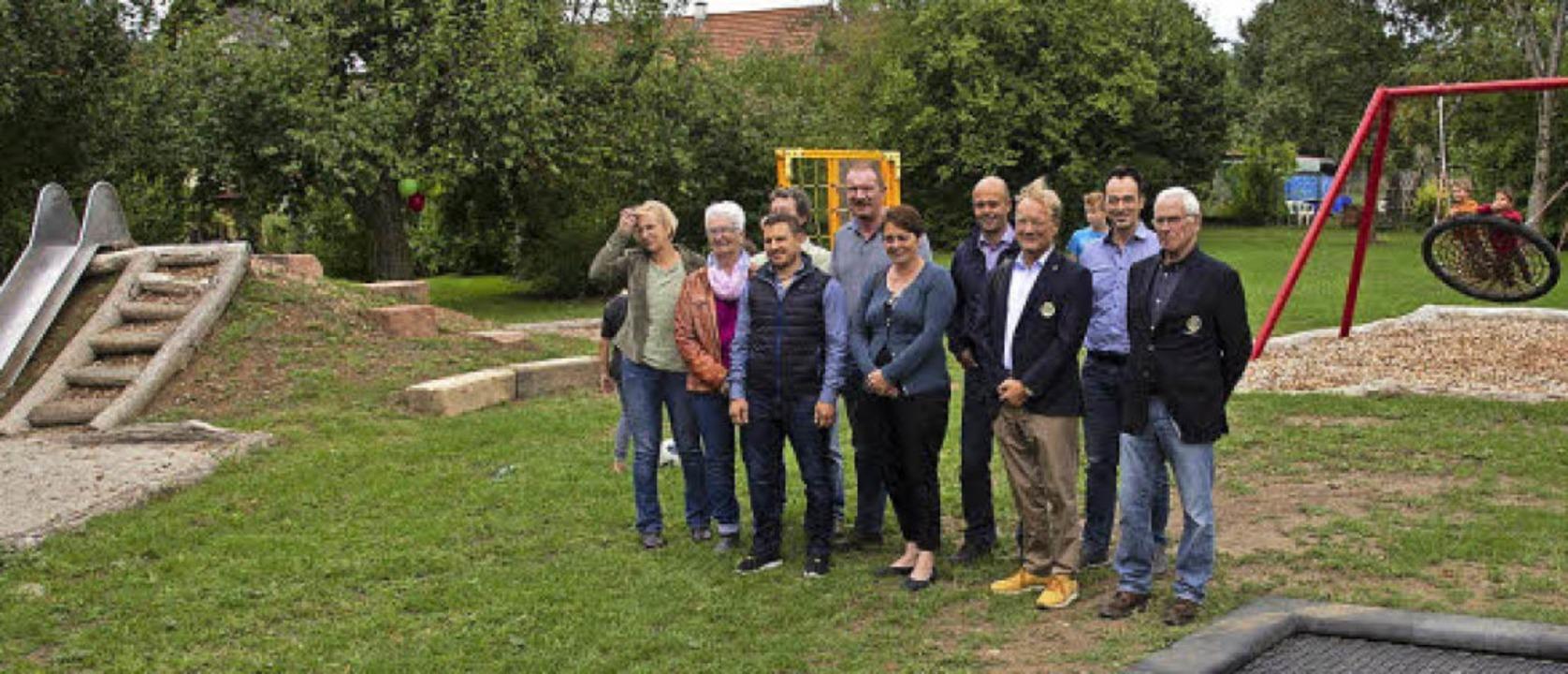 Macher, Eltern, Gemeinderäte, Vertrete...geio, stehen für den neuen Spielplatz.    Foto: Volker Münch