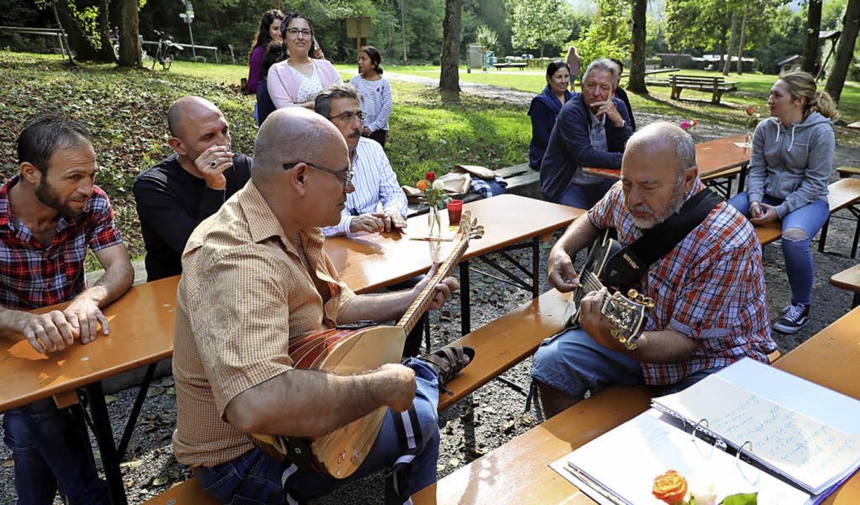 Kamal Ismael (links) spielt die Saz Ta... und Herbie Wickertsheim die Gitarre.   | Foto: Christoph Breithaupt