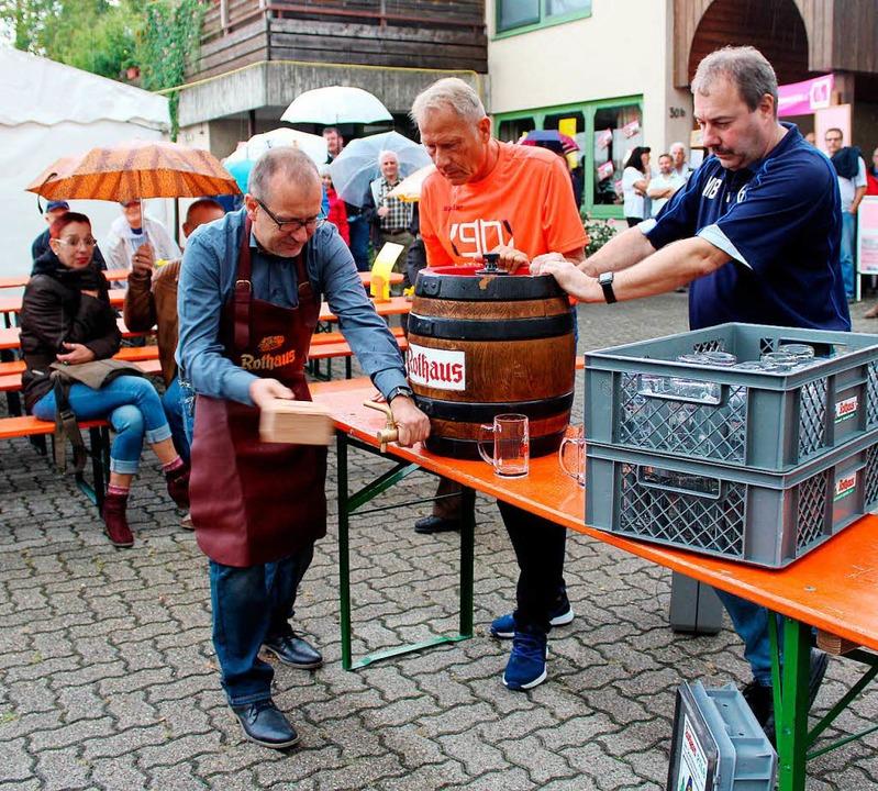 Perfekter Fassanstich: Kein Tropfen lief daneben.  | Foto: Reinhard Cremer